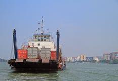 Geladen schip in haven van Kochi-haven Stock Afbeeldingen