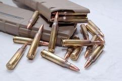Geladen twee 223 geweertijdschriften met kogels die rond hen leggen Stock Foto's