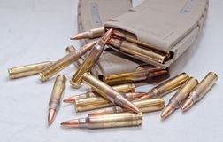 Geladen twee 223 geweertijdschriften met kogels die rond hen leggen Stock Afbeeldingen