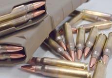 Geladen twee 223 geweertijdschriften met kogels die rond hen leggen Royalty-vrije Stock Foto's