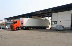 Geladen Vrachtwagen die Fabriek verlaat Stock Afbeeldingen