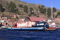 Geladene Fähre auf Titicaca-See bei Tiquina, Bolivien Stockfotografie