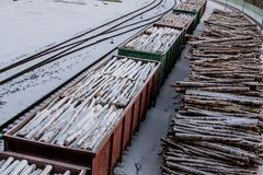 Geladene Lastwagen Stapel des Holzes Städtische Landschaft stockfotos
