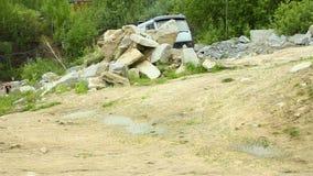 Geladener LKW im Steinbruch stock video footage