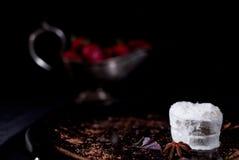 Gelado branco com chocolate e morango Fotos de Stock