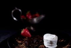 Gelado branco com chocolate e morango Fotografia de Stock