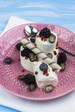 Gelado com mirtilos, amoras-pretas e confeitos uma sobremesa de refrescamento em uma placa fotos de stock