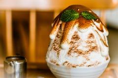 Gelado coreano coreano do gelado do estilo ou do estilo do bingsu ou Bingsu com sabor do chocolate do flavorwith do chocolate foto de stock royalty free