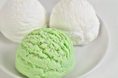 Gelado da aspérula e de baunilha gelado, colheres do gelado, macro Fotografia de Stock Royalty Free