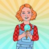 Gelado de Art Little Girl Eating Tasty do PNF A criança feliz bonito prova a sobremesa fria do cone ilustração stock