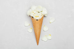Gelado de flores cor-de-rosa no cone do waffle na luz - fundo cinzento de cima de, decoração floral bonita, cor do vintage, confi Imagens de Stock Royalty Free