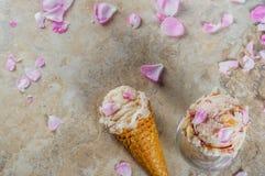 Gelado de Rosa em cones do waffle Fotos de Stock Royalty Free
