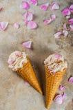 Gelado de Rosa em cones do waffle Imagem de Stock