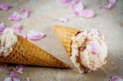 Gelado de Rosa em cones do waffle Foto de Stock Royalty Free