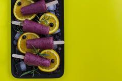 Gelado do ihomemade do fruto no fundo amarelo Refreshme do verão fotos de stock royalty free