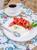 Gelado do leite da cabra com pistache e morango Foto de Stock Royalty Free