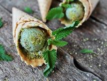 Gelado do pistache em um cone do waffle Imagem de Stock