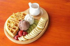 Gelado do waffle e do chocolate com fruto fresco e xarope Imagem de Stock Royalty Free
