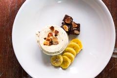 Gelado dos pedaços de chocolate da baunilha com brownie, banana e amêndoa Imagens de Stock Royalty Free