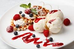 Gelado e waffles de baunilha com bagas frescas Imagens de Stock Royalty Free