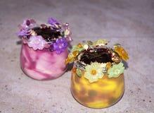 Gelado em uns copos coloridos decorados com flores Imagens de Stock
