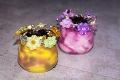 Gelado em uns copos coloridos decorados com flores Foto de Stock Royalty Free