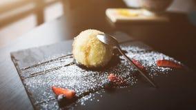 Gelado grelhado no coco com molho na placa de pedra preta Fundo asiático do alimento Comendo o conceito Lugar do restaurante imagens de stock