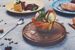Gelado na bacia do waffle, sobremesas do restaurante Imagens de Stock Royalty Free