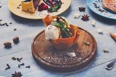 Gelado na bacia do waffle, sobremesas do restaurante Foto de Stock