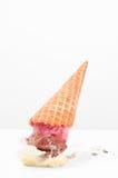 Gelado na terra Cone de gelado deixado cair no assoalho imagens de stock