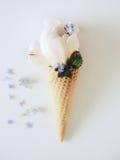 Gelado o immitation nas folhas e em flores decoradas cone de hortelã do waffle As peônias florescem no cone do waffle com folhas  Imagens de Stock