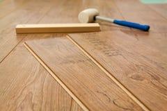 Gelamineerde gebruikte vloer en hulpmiddelen Stock Fotografie