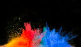 Gelanceerd kleurrijk poeder over zwarte Royalty-vrije Stock Afbeeldingen
