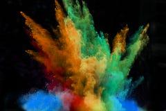 Gelanceerd kleurrijk poeder over zwarte Stock Foto