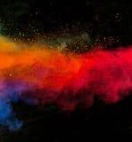 Gelanceerd kleurrijk poeder over zwarte Stock Foto's