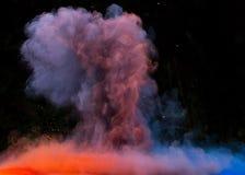 Gelanceerd kleurrijk poeder over zwarte Royalty-vrije Stock Afbeelding