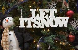 Gelassen ihm schneien und Schneemann Lizenzfreie Stockfotografie