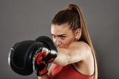 Gelassener Stoß Kickbox Frau Stockfoto