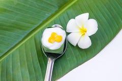 Gelatina della noce di cocco in una tazza pandan delle foglie Fotografie Stock Libere da Diritti
