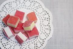 Gelatina di frutta candita su un tovagliolo openwork bianco Immagini Stock Libere da Diritti