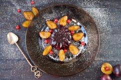 Gelatina fresca di Borgogna con le bacche e polvere decorata con le prugne fresche, il ribes ed il cucchiaio d'annata dell'argent Immagine Stock Libera da Diritti