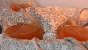 Gelatina nel frigorifero per la mousse di cioccolato con gelatina arancio video d archivio