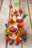 Gelatina rossa e gialla servita con frutta Fotografie Stock