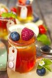 Gelatina rossa e gialla servita con frutta Immagini Stock