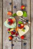 Gelatina rossa e gialla servita con frutta Fotografia Stock
