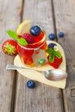 Gelatina rossa e gialla servita con frutta Fotografia Stock Libera da Diritti