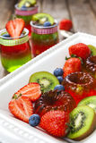 Gelatina rossa e verde servita con frutta Immagini Stock Libere da Diritti