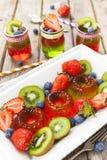 Gelatina rossa e verde servita con frutta Immagini Stock