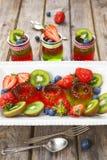 Gelatina rossa e verde servita con frutta Immagine Stock