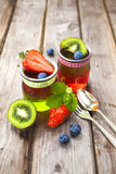 Gelatina rossa e verde servita con frutta Fotografie Stock Libere da Diritti